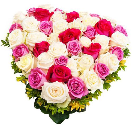 """""""Ода любви"""". Цветочная композиция из роз-микс в форме сердца"""